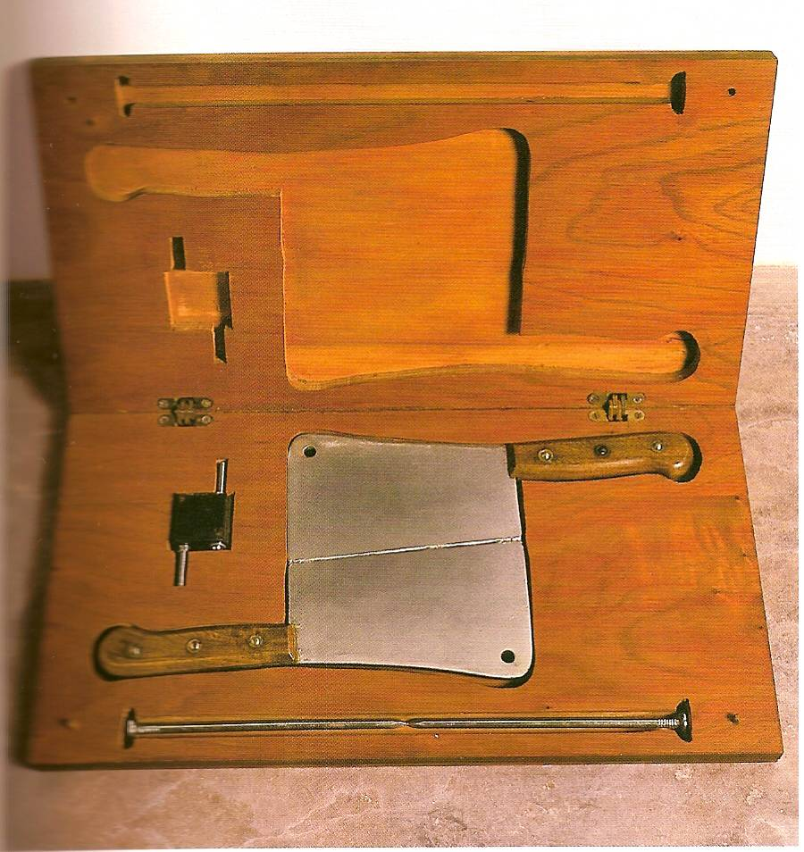 Cildo Meireles, Estojo de Geometria (neutralização por Oposição e/ou Adição), 1977-79. Caixa de madeira, dois cutelos, dois pregos, 400 lâminas de barbear, c. 50 x 30 x 5 cm.